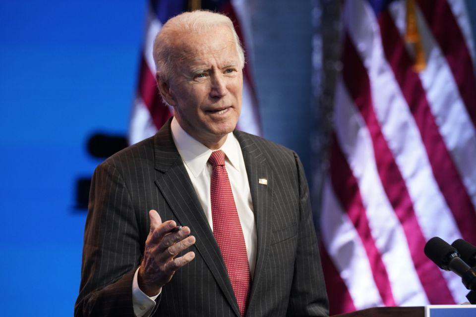 El presidente electo Joe Biden habla el jueves 19 de noviembre de 2020 en el teatro The Queen, en Wilmington, Delaware. (AP Foto/Andrew Harnik)